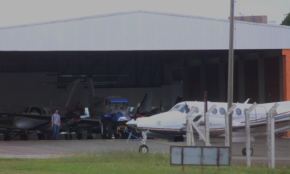 Avião com Marcelo Odebrecht no Aeroporto de Bacacheri, em Curitiba (Foto: Giuliano Gomes)