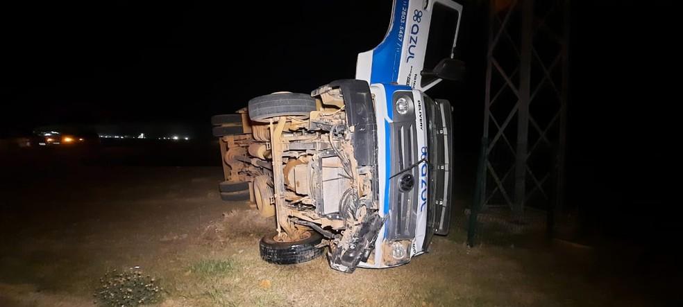 Caminhão capotou após acidente e motorista saiu sem ferimentos — Foto: Divulgação