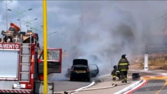Carro pega fogo na Av. Josepha de Mello, em Maceió