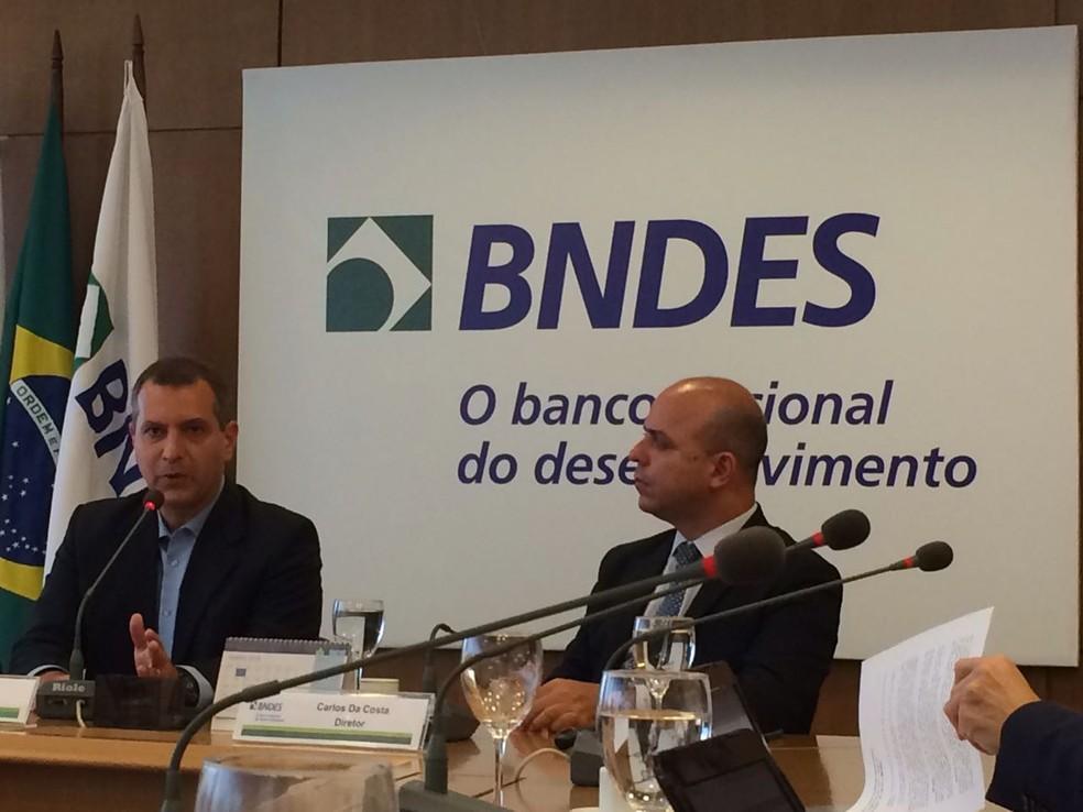 Superintendente Mauricio Neves e diretor (à direita) Carlos da Costa, do BNDES, anunciam mudanças em políticas de financiamento do banco (Foto: Marco Antônio Martins/G1)