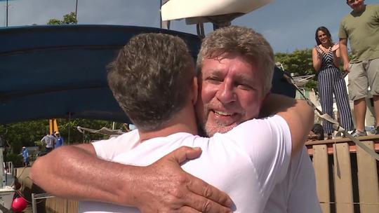 Luciano Huck realiza sonho e dá barco de presente a cinegrafista do 'Caldeirão'