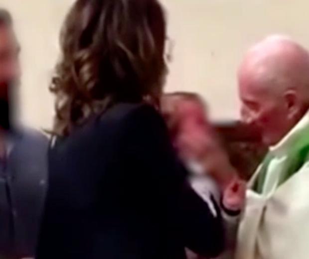 Em pleno 2018, padre tenta acalmar a criança... Com um tapa na cara (Foto: Reprodução)