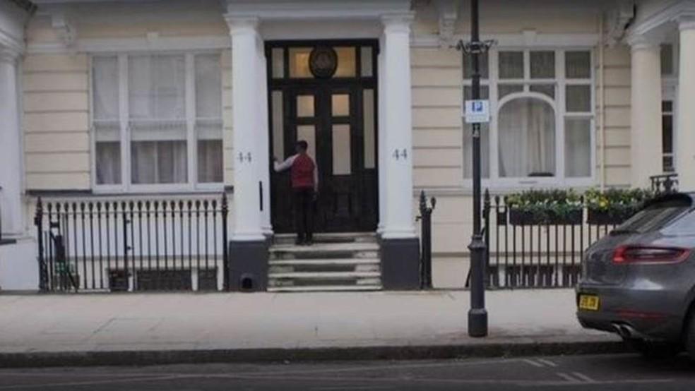 'Na segunda porta que bati, uma senhora falou comigo pelo interfone, abriu a porta e me convidou para entrar', lembra o jovem (Foto: Cebo Luthuli/BBC)