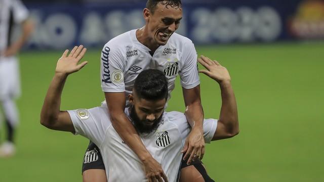 Diego Pituca e Felipe Jonatan comemoram gol do Santos contra o Ceará