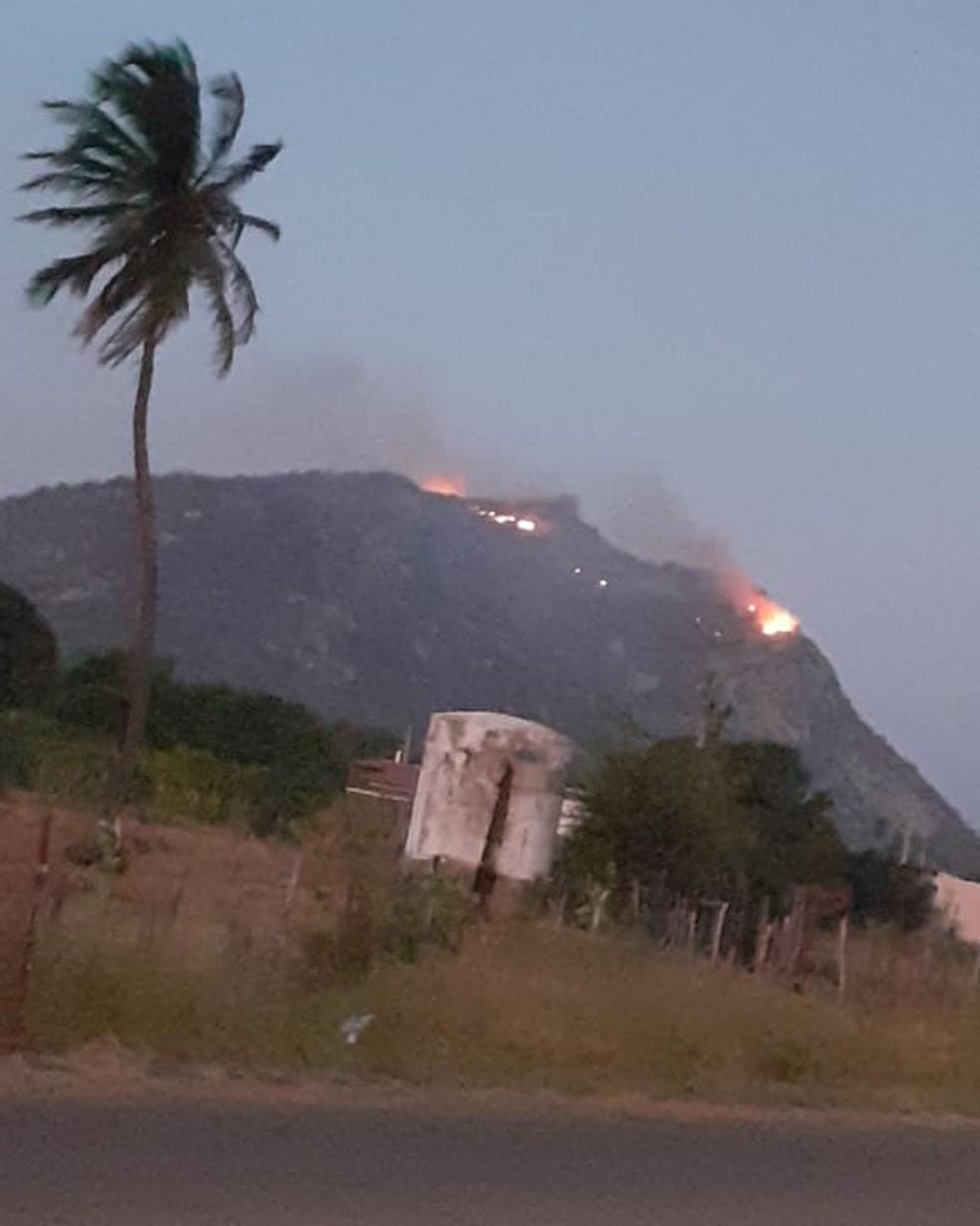Incêndio na Serra da Capelinha é registrado por populares — Foto: Cedida