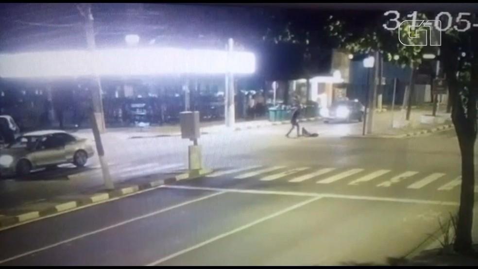 O jovem caído no chão é agredido com vários chutes (Foto: Reprodução)