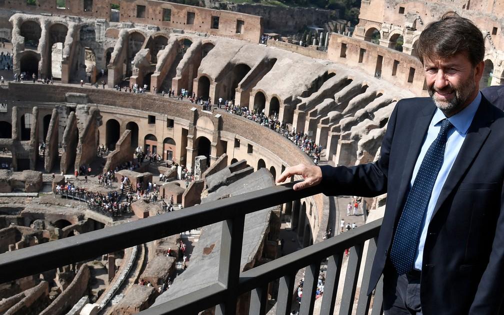 O ministro da Cultura da Itália, Dario Franceschini, posa para fotos no topo do Coliseu, em Roma, durante coletiva de imprensa na terça-feira (3) (Foto: Andreas Solaro/AFP)