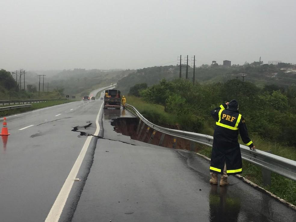 Parte do asfalto da BR-230 cedeu por causa das chuvas na Paraíba — Foto: Keila Melo/PRF