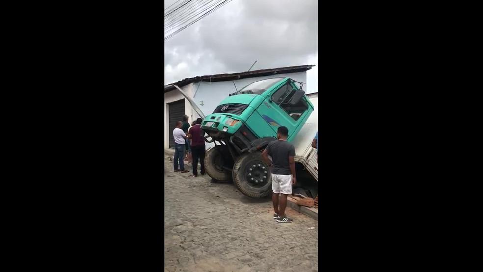 Caminhão derrapou e atingiu casa na Charneca, no Cabo, na manhã deste domingo (12)  — Foto: Reprodução/WhatsApp
