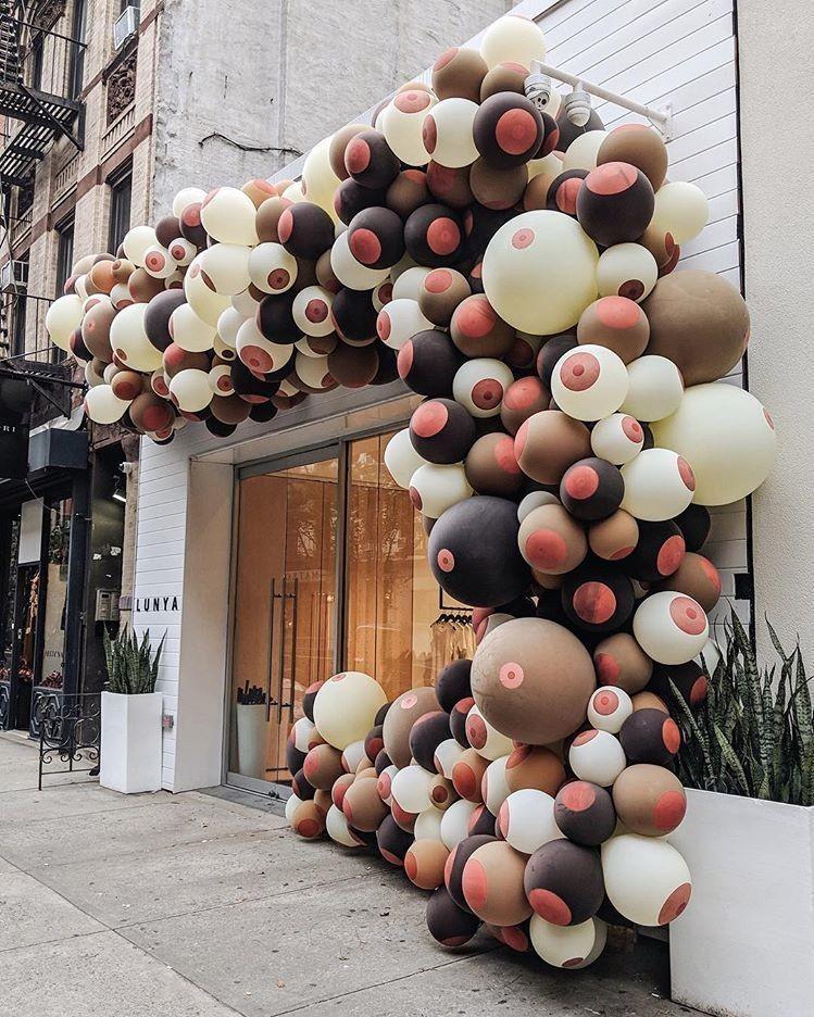 Arco de balões... de peitos! Obra da artista Annique Delphine  (Foto: Reprodução / Instagram)