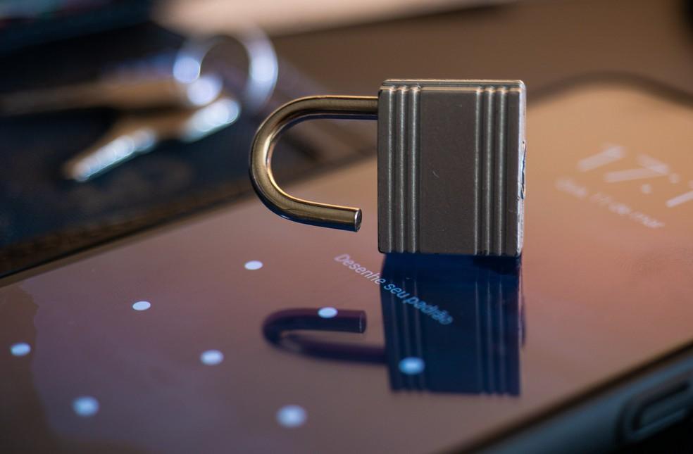 Instalação de programa de espionagem burla senhas e autenticação, mas só quando o invasor consegue passar pelo bloqueio de tela. — Foto: Altieres Rohr/G1