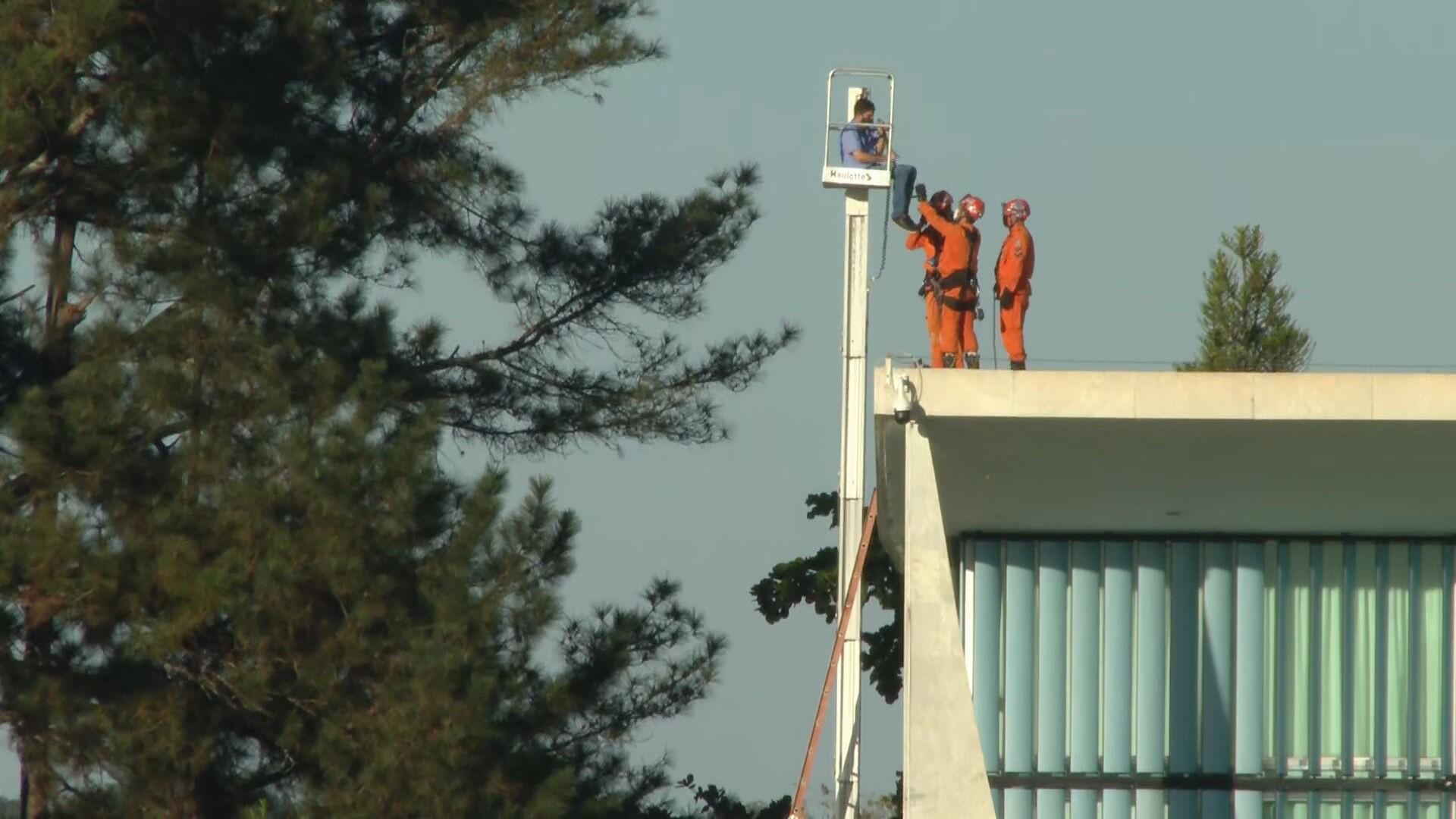 VÍDEO: funcionário fica preso a cerca de 5 metros de altura após pane em equipamento no Palácio da Alvorada