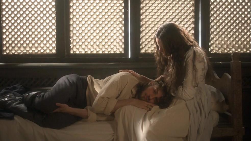 Amália (Vanessa Gerbelli) finalmente tem o seu filho, Joaquim (Chay Suede), no colo, em 'Novo Mundo' — Foto: TV Globo