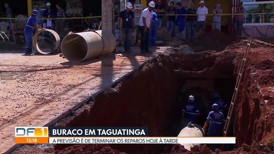 Técnicos da Caesb fazem reparos em buraco em Taguatinga