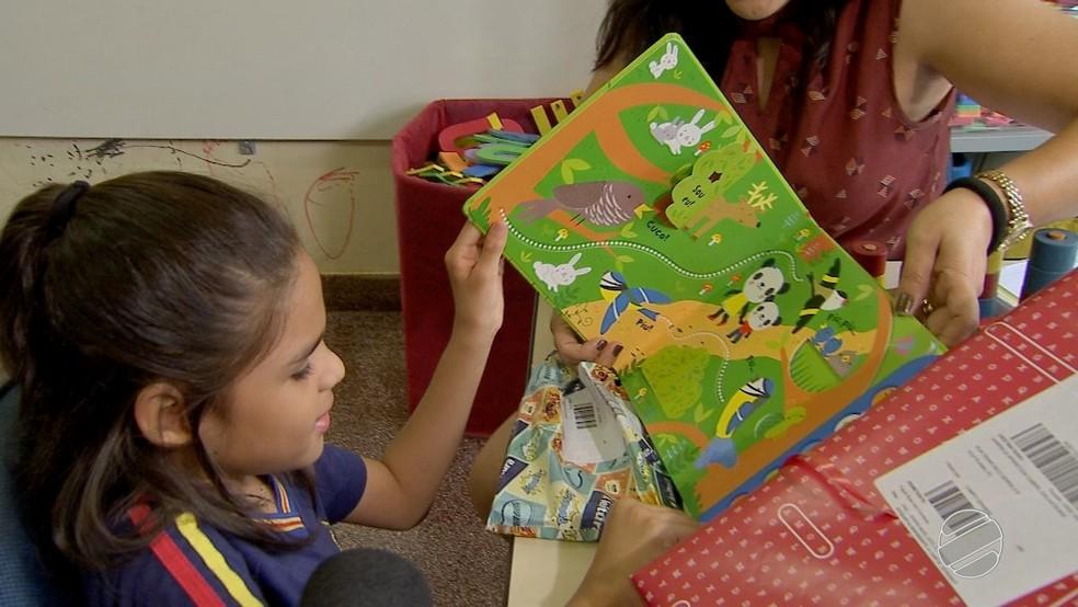 Pedido foi atendido e menina de 8 anos ganhou livro dos sons em Campo Grande (MS) (Foto: Reprodução/TV Morena)