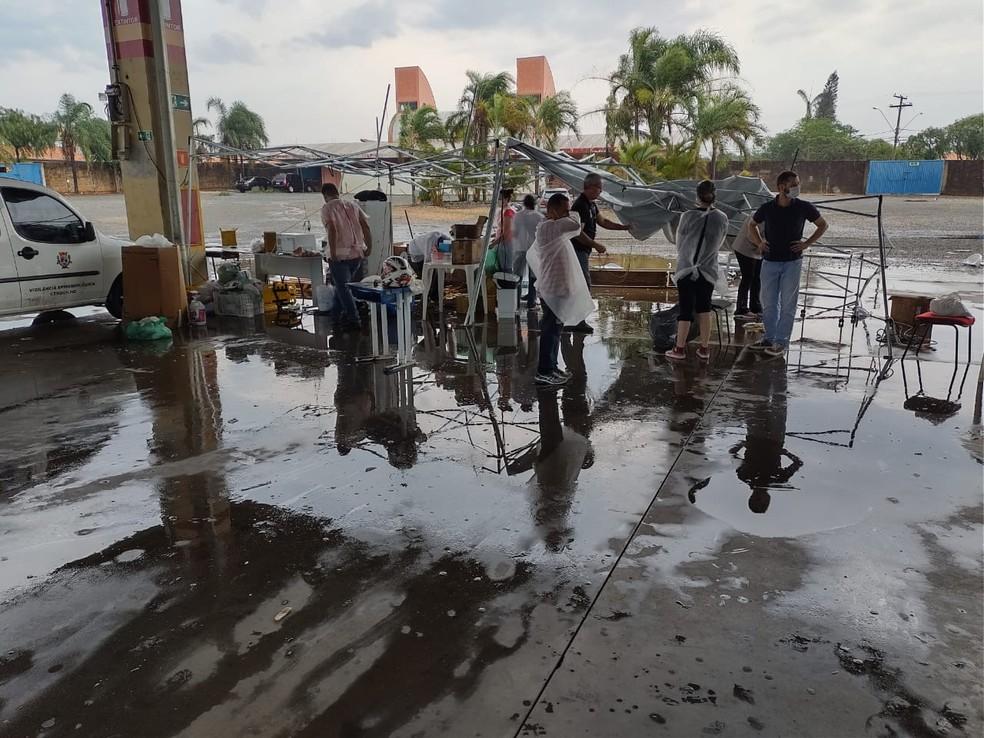 Chuva derruba tendas e interrompe vacinação contra a Covid em Cerquilho — Foto: Arquivo pessoal