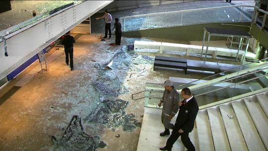 Após sofrer ataque durante manifestação, Fiesp reabre exposição cultural