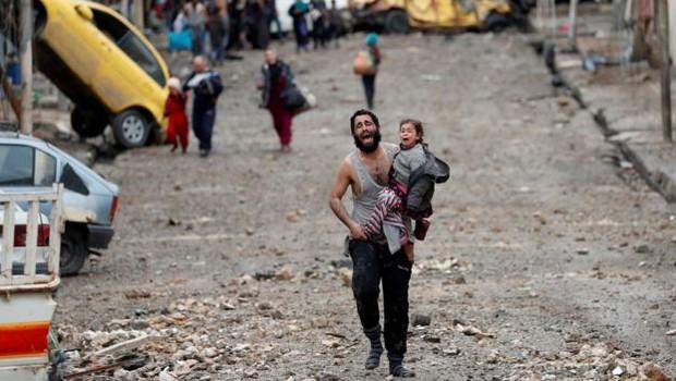Uma cidade traumatizada: pai e filha escaparam da batalha por Mossul no ano passado (Foto: Reuters)