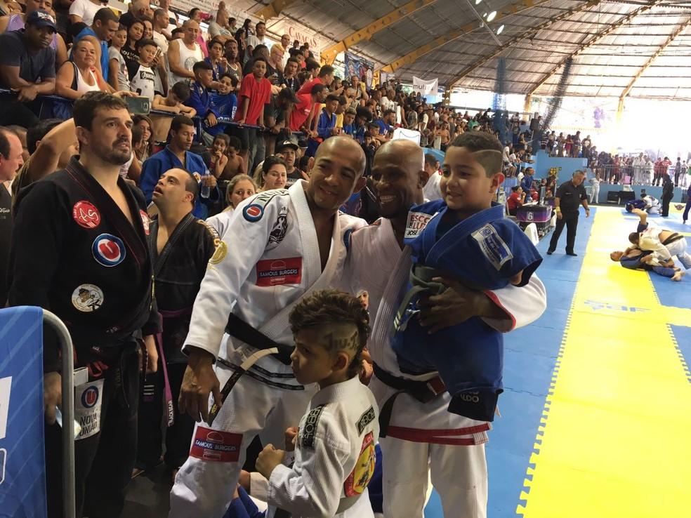 No colo de seu mestre, Marcelo Negrão, Joãozinho posa ao lado de José Aldo (Foto: Caio Blois )