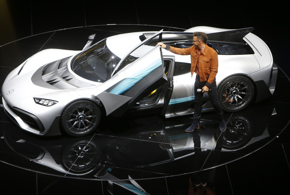 Lewis Hamilton mostra o Mercedes-AMG Project One (Foto: AP Photo/Michael Probst)