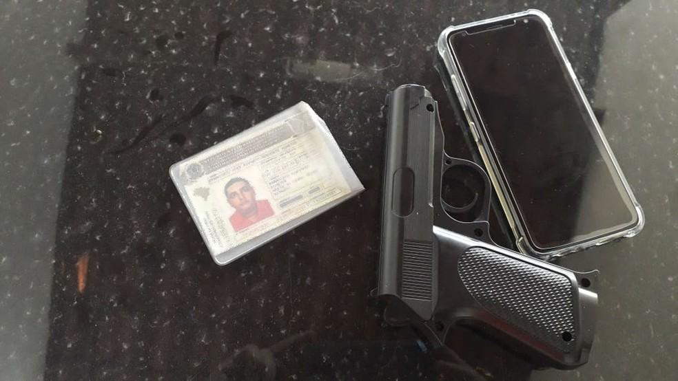 Francisco José Ripardo Adeodato Almeida foi preso com uma arma de fogo falsa — Foto: Arquivo pessoal