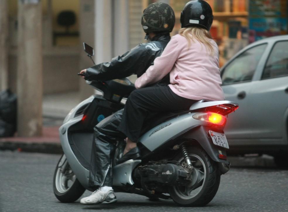 Foto de arquivo mostra mototáxi na cidade de São Paulo, em 2009, ano em que lei municipal proibiu o serviço  — Foto: Nilton Fukuda/Agência Estado/Arquivo