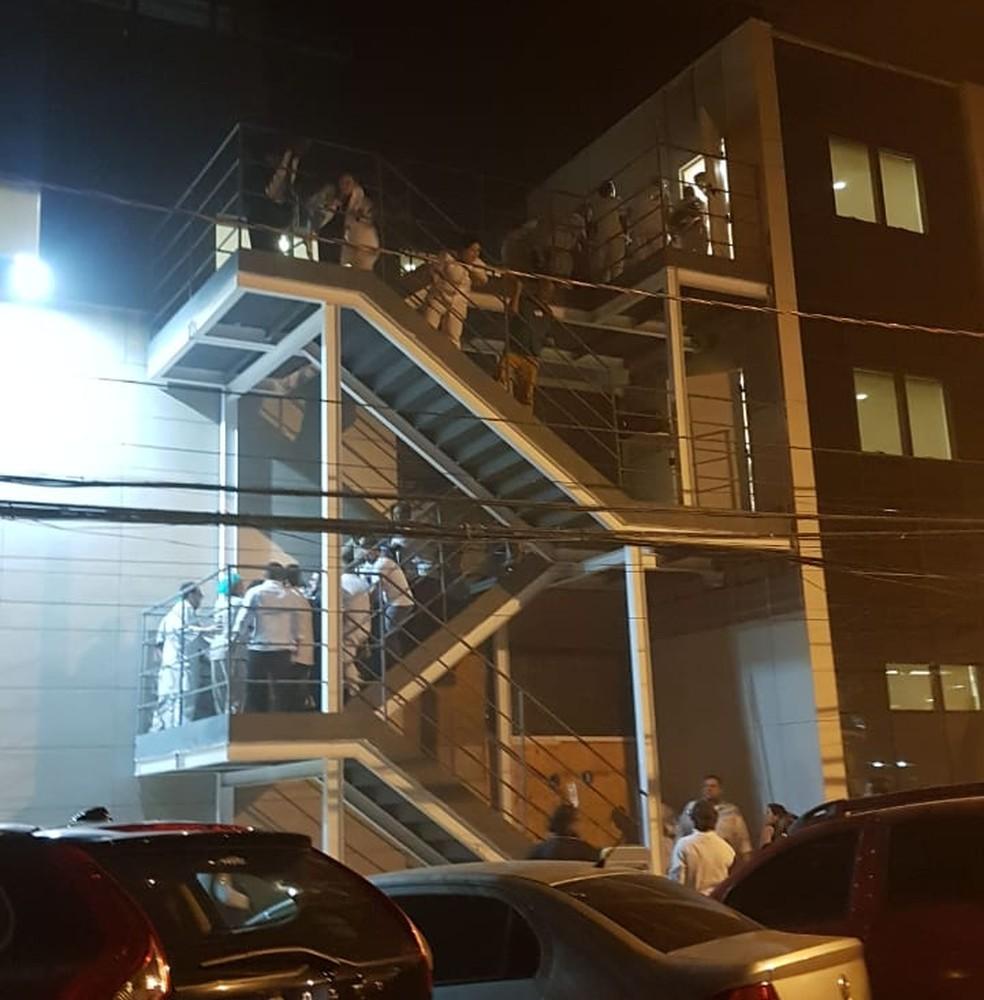 Pacientes e funcionários usaram a escada para fugir do incêndio. — Foto: Reprodução/Redes Sociais