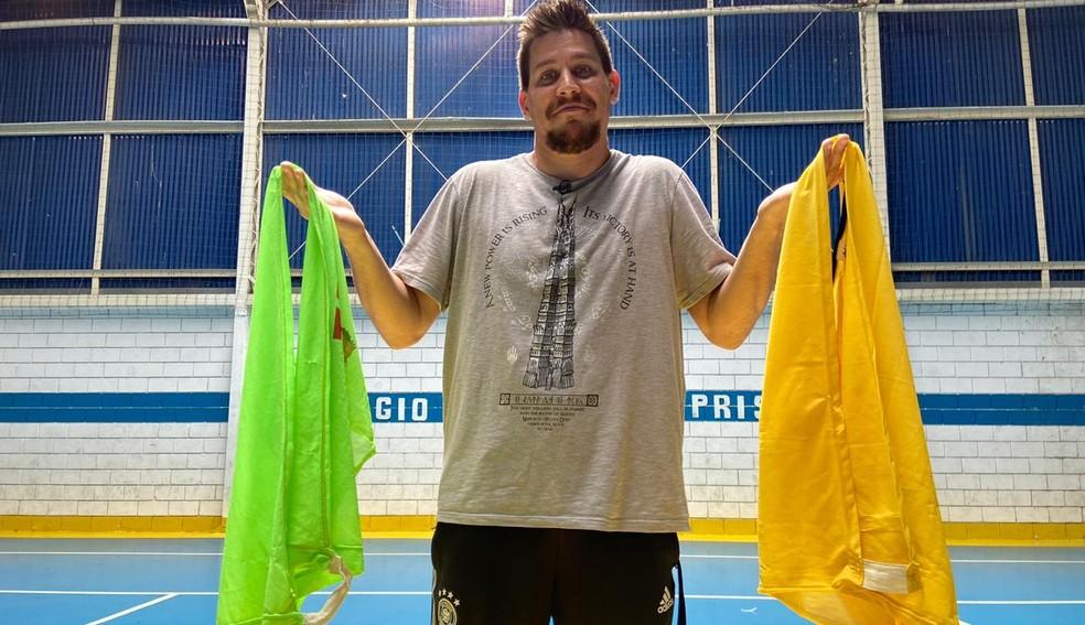 Gustavo Maciel, torcedor do Corinthians, tem dificuldades para enxergar o verde, cor do rival Palmeiras — Foto: Ana Canhedo