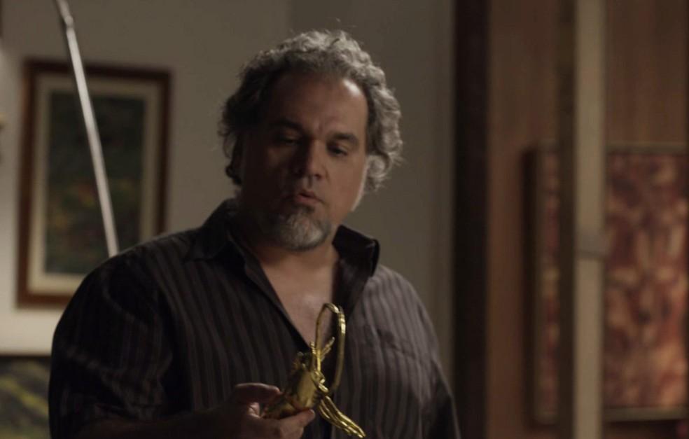 O agiota escolhe o que ele acha mais valioso (Foto: TV Globo)