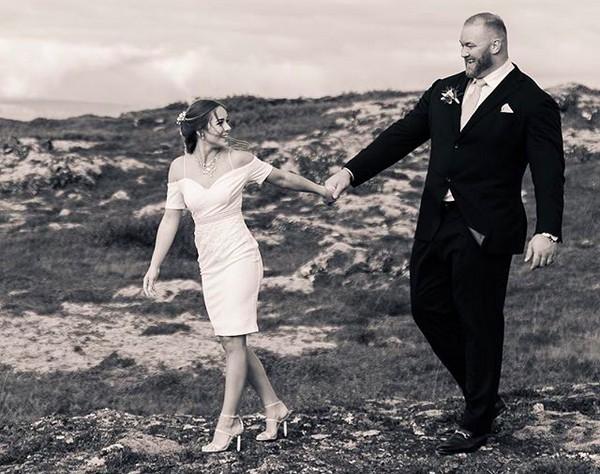 O ator Hafþór Thor Björnsson com sua esposa, Kelsey Morgan Henson, em foto do casamento dos dois (Foto: Instagram)