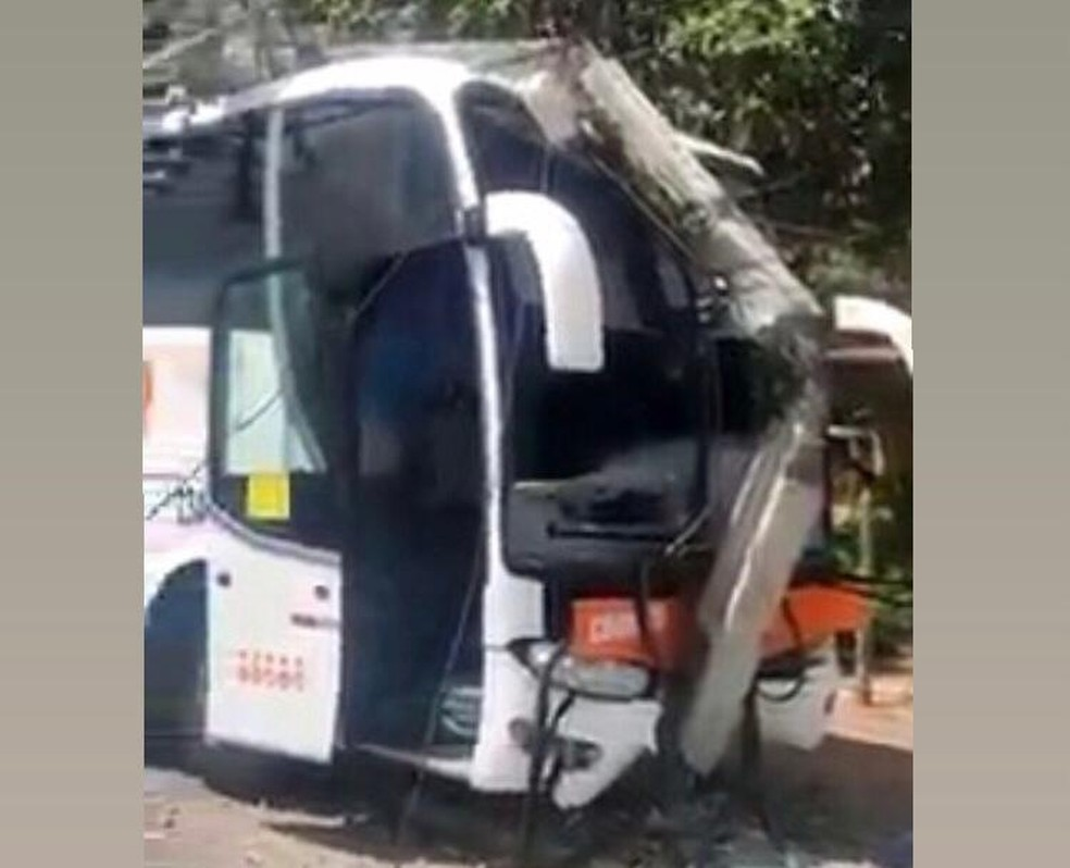 Ônibus de turismo derrubou oito postes e afetou energia em Jijoca de Jericoacoara. — Foto: Reprodução
