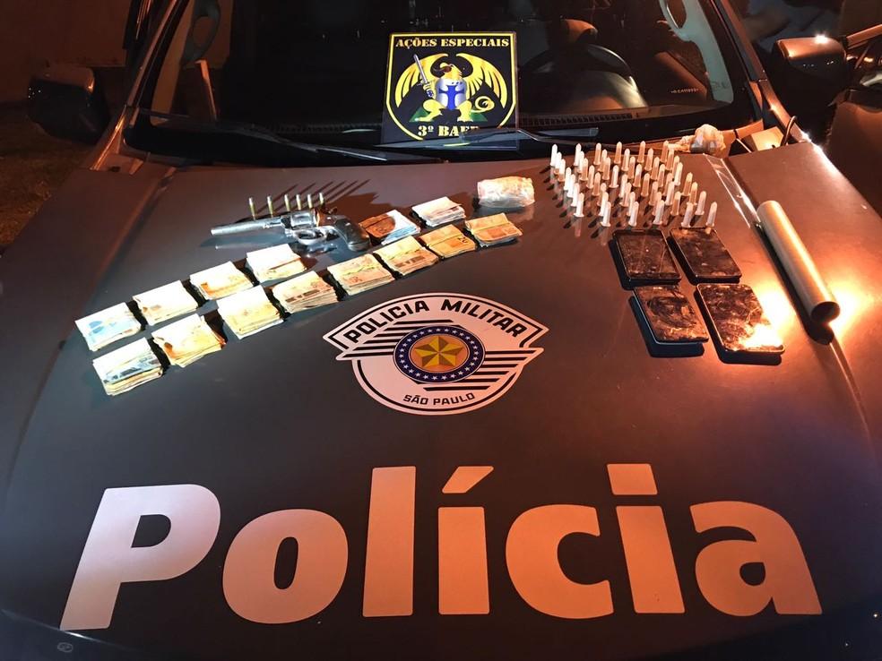 Mãe e filho são presos por tráfico de drogas em São José dos Campos (Foto: Divulgação/Polícia Civil)