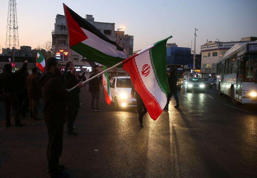 Iranianos comemoram ataque contra bases americanas no Iraque, em 8 de janeiro de 2020 — Foto:  Nazanin Tabatabaee/WANA/Via Reuters