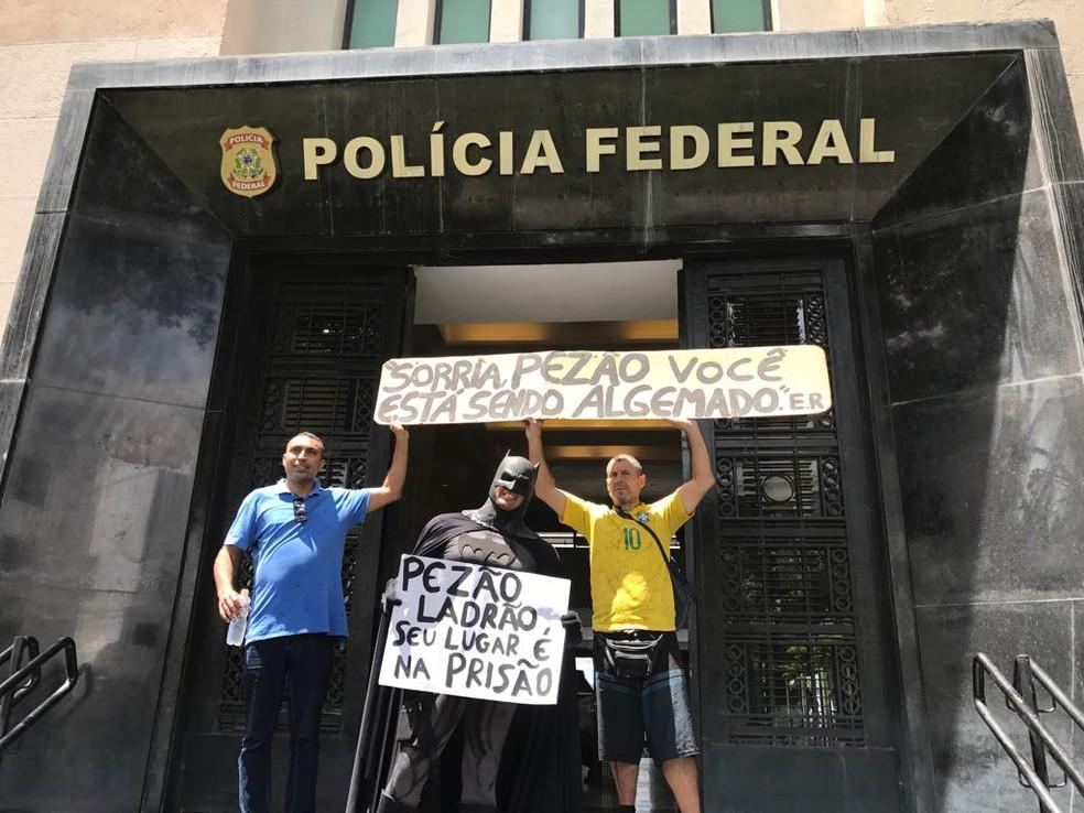Grupo faz protesto na porta da PF após prisão do governador Luiz Fernando Pezão — Foto: Cristina Boeckel / G1 Rio