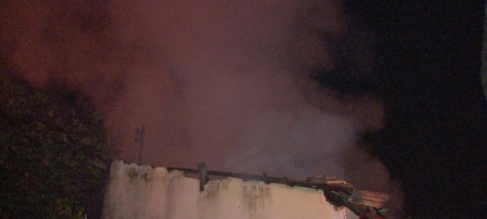 O Corpo de Bombeiros foi chamado e combateu o fogo na casa (Foto: TV Centro América)
