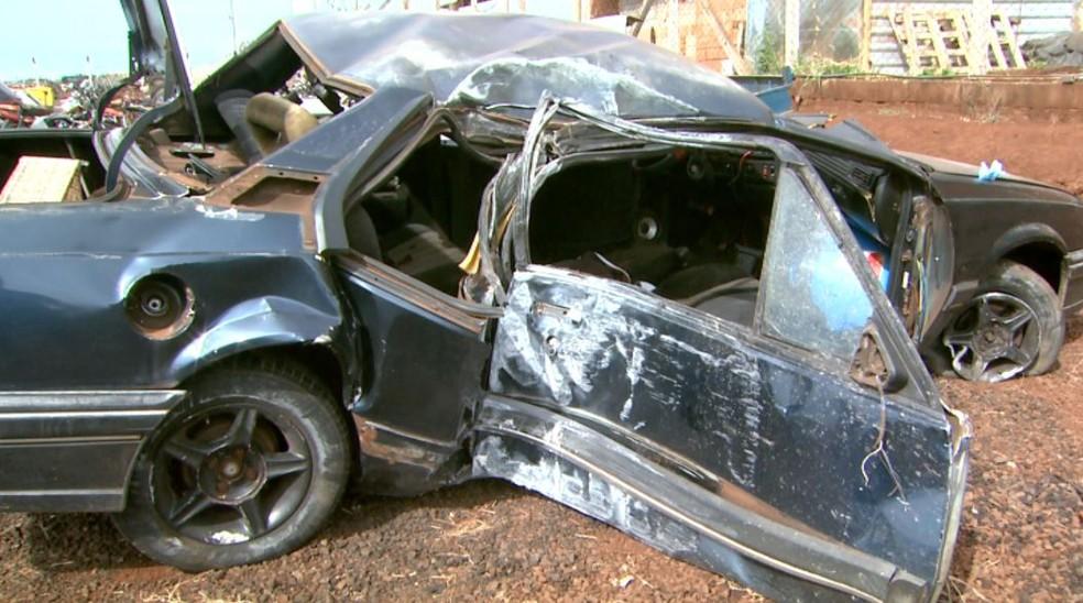 Carro ficou destruído após motorista atravessar rotatória e bater contra poste em Sertãozinho, SP — Foto: Fábio Júnior/EPTV