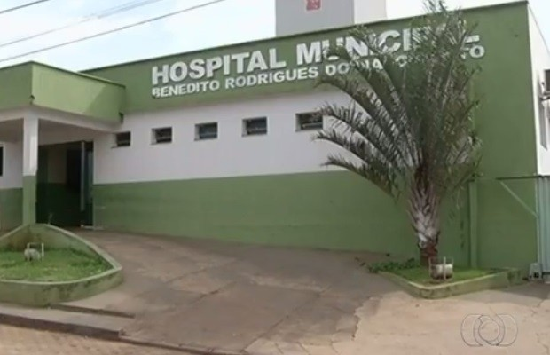 Jovem que sobreviveu foi transferida do Hospital Municipal de Pires do Rio (Foto: Reprodução/TV Anhanguera)