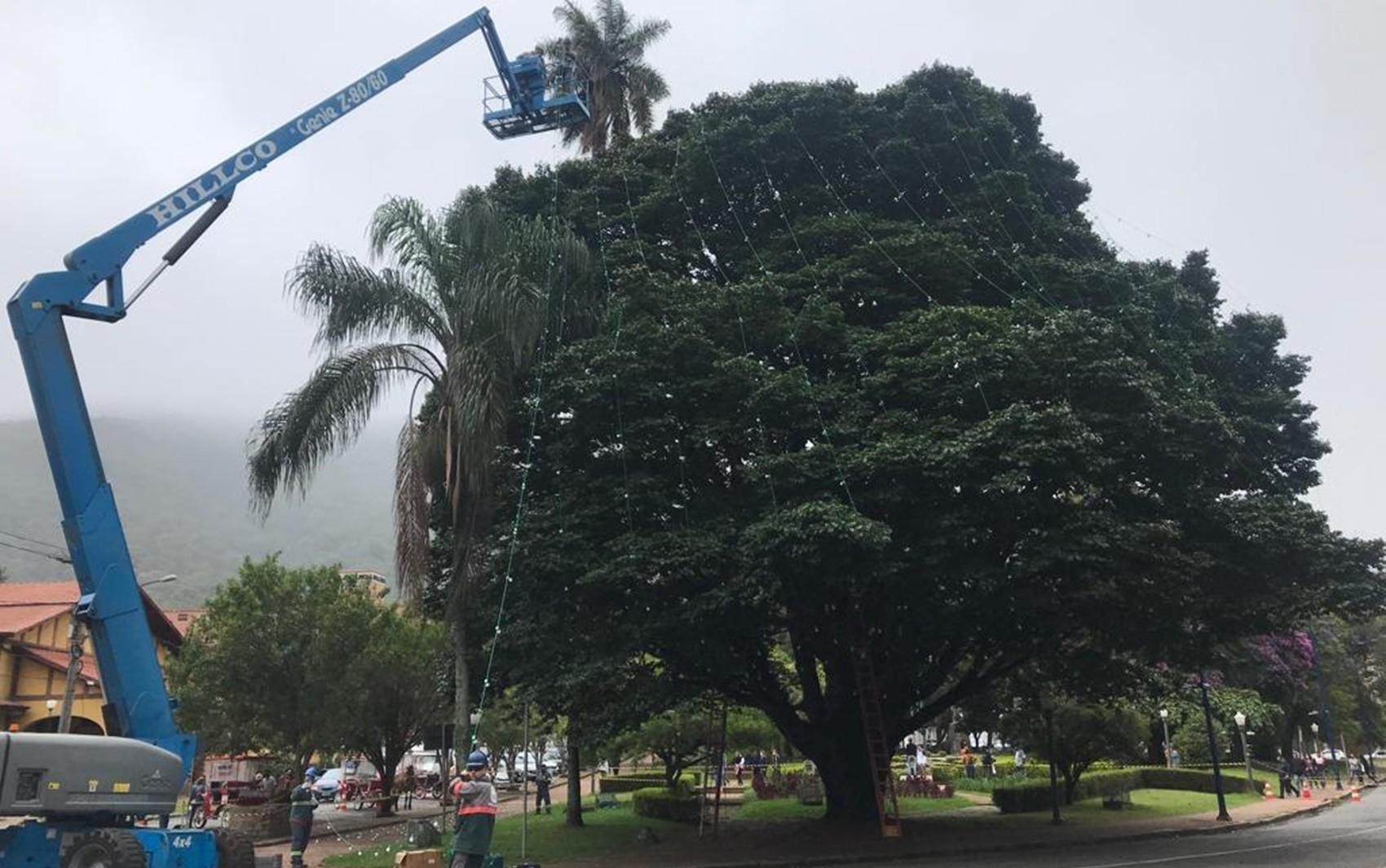 Prefeitura começa a instalar a decoração de Natal de Poços de Caldas