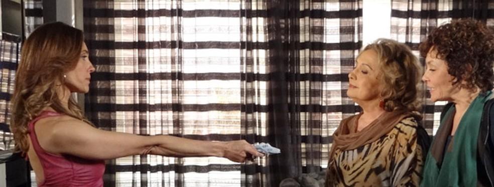 Íris recebe dinheiro para acobertar mentira de Tereza Cristina em 'Fina Estampa' — Foto: Globo