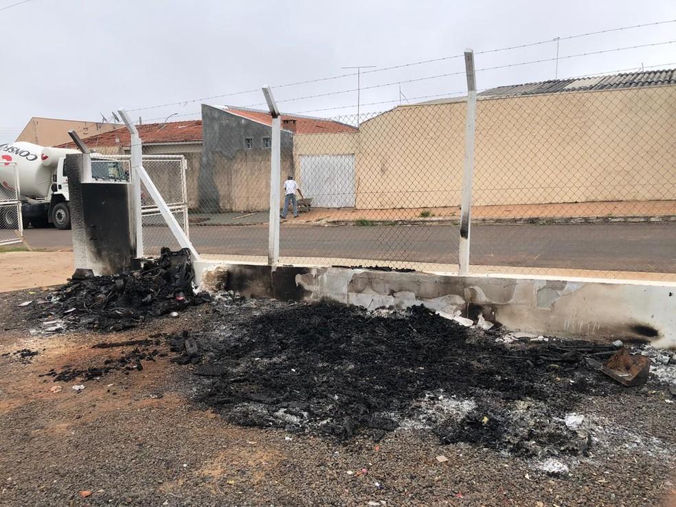 Incêndio destruiu sofás no ecoponto de Marília — Foto: Prefeitura de Marília/Divulgação