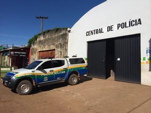 Suspeito usa peixeira para matar homem em Porto Velho (Foto: Ana Fabre/G1)