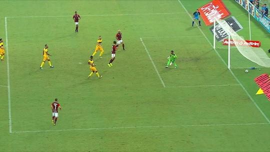 Central do Apito: Sandro Meira Ricci confirma irregularidade no primeiro gol do Flamengo