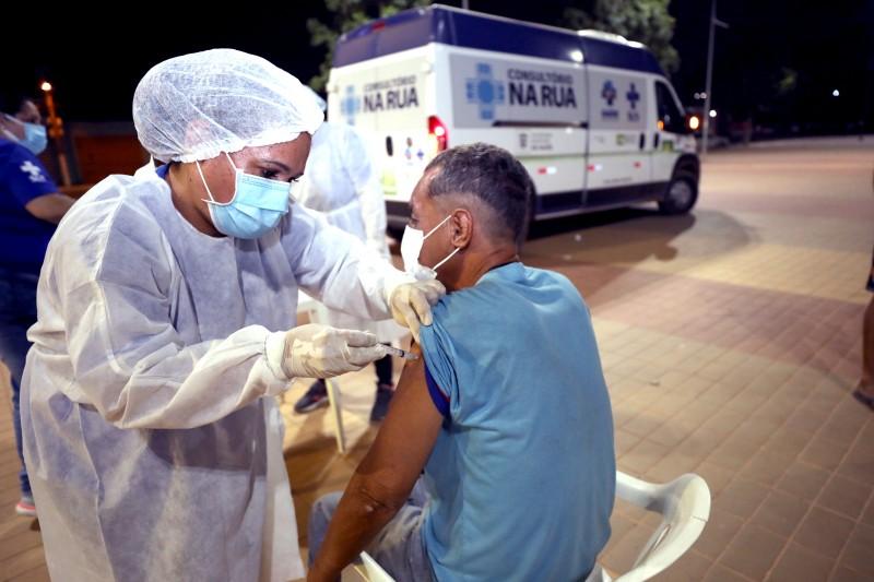 Moradores em situação de rua da região do Porto em Cuiabá são vacinados contra a Covid-19