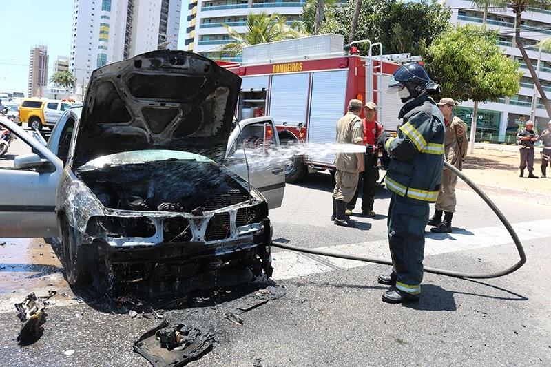 Carro pega fogo na Avenida Roberto Freire, na Zona Sul de Natal - Notícias - Plantão Diário