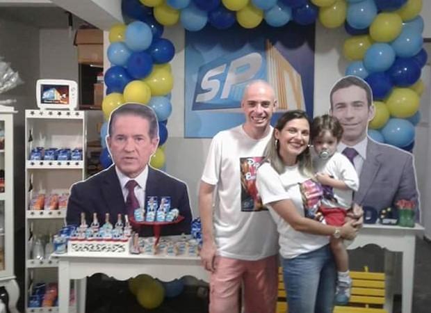 Carlos Tramontina e César Tralli decoram festa de aniversário de BernardO (Foto: Reprodução/Twitter)