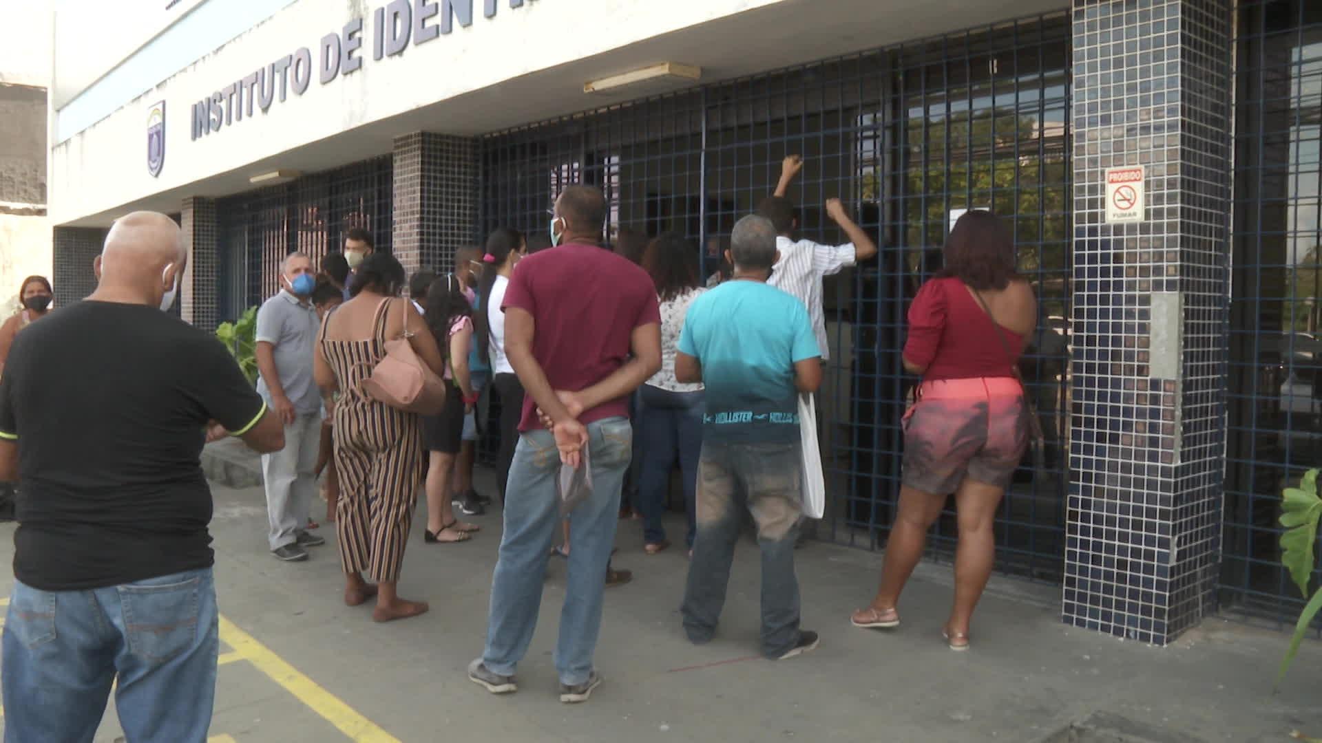 Fila para tirar segunda via de identidade provoca aglomeração na frente de instituto no Recife