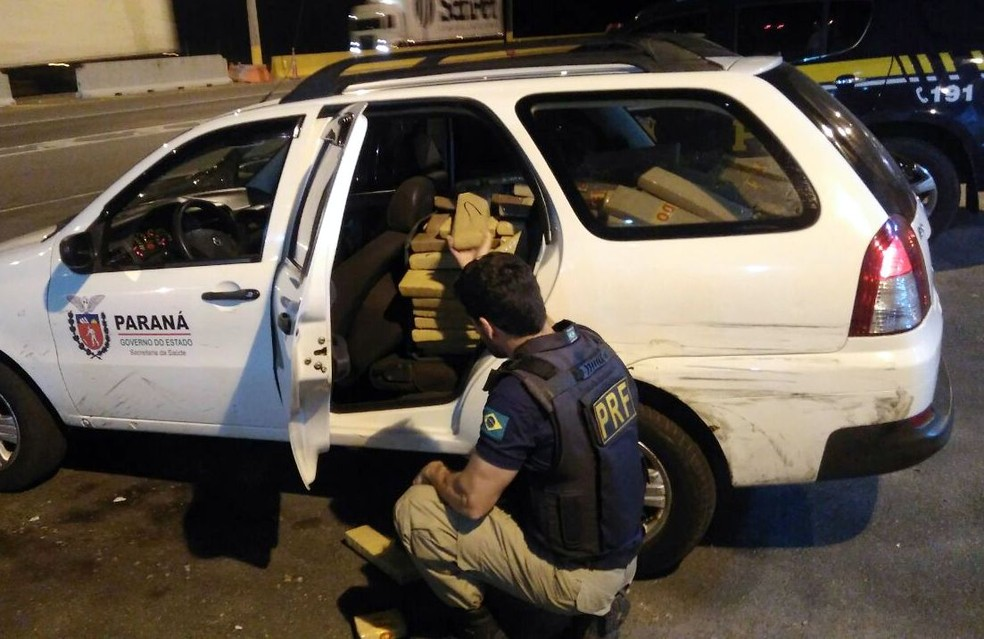 Droga estava nos bancos e porta-mala de carro clonado (Foto: PRF/Divulgação)