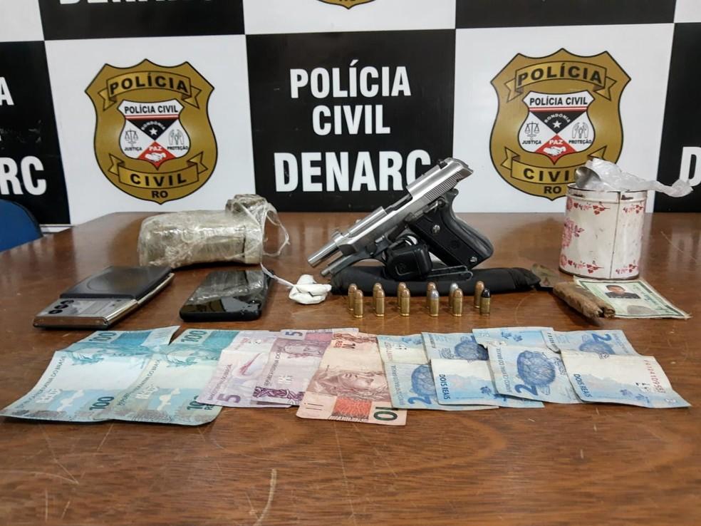 Droga, arma, munições e dinheiro foram apreendidos — Foto: Reprodução/Redes sociais