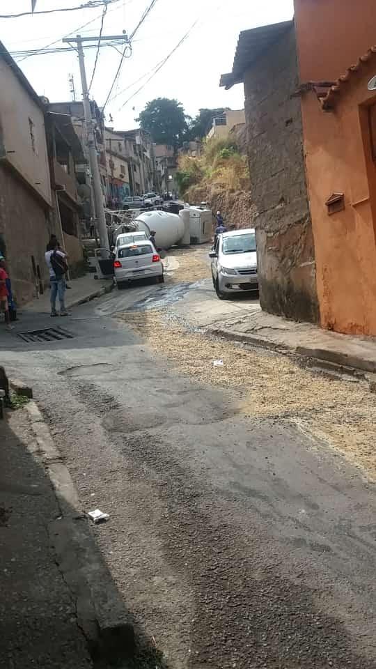 Caminhão carregado com concreto tomba e atinge muro de casa em BH