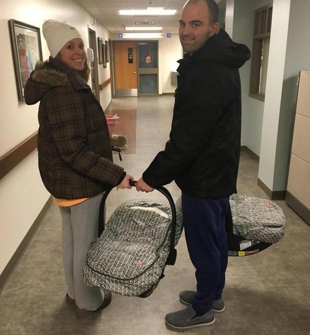 A família deixando o hospital em Michigan, EUA (Foto: SWNS)